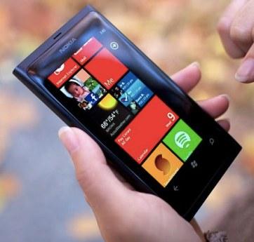 Telefonul Nokia Lumia 800, cu variantele de culoare negru, roşu şi albastru, împreună cu modelul Lumia 710 White, au un design atractiv, iar pachetul include huse de protecţie, pentru păstrarea telefonului în cele mai bune condiţii.