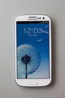 Un alt model de culoare albă, foarte căutat în prezent şi care poate fi accesorizat, este Samsung Galaxy SIII. Pe lângă accesorii, are disponibile şi capace interschimbabile, într-o serie întreagă de culori şi modele, telefonul putând fi astfel personalizat pentru orice moment al zilei.