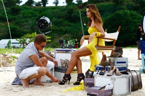 CindyCrawford_MakingofDeichmannAntigua2011april_06